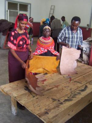 <p><b>Leather production </b>1. Course for women learning about leather preparation at KIRDI, Nairobi.</p>      <p>(c) Anne Bruntse</p>