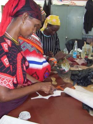 <p><b>Leather production 2</b>. Course for women learning about leather preparation at KIRDI, Nairobi.</p>      <p>(c) Anne Bruntse</p>