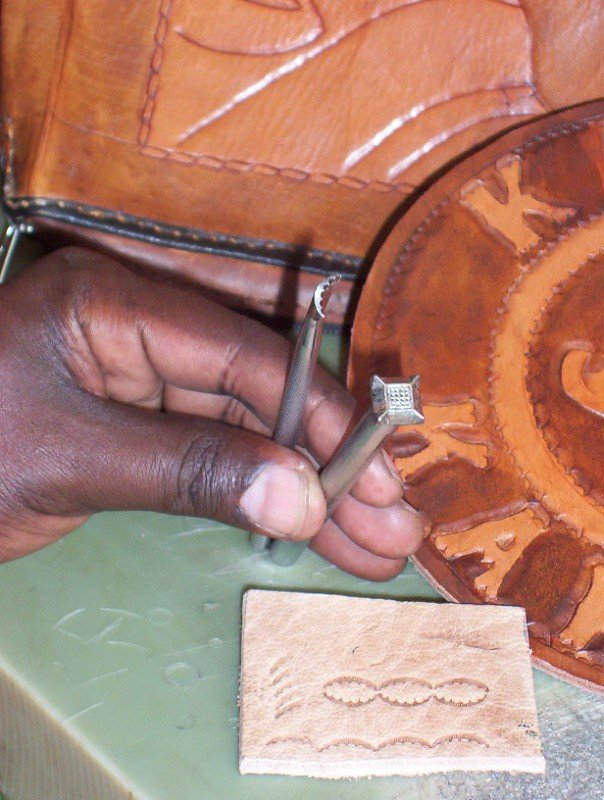 <p><b>Leather production 5</b>. Course for women learning about leather preparation at KIRDI, Nairobi.</p>      <p>(c) Anne Bruntse</p>